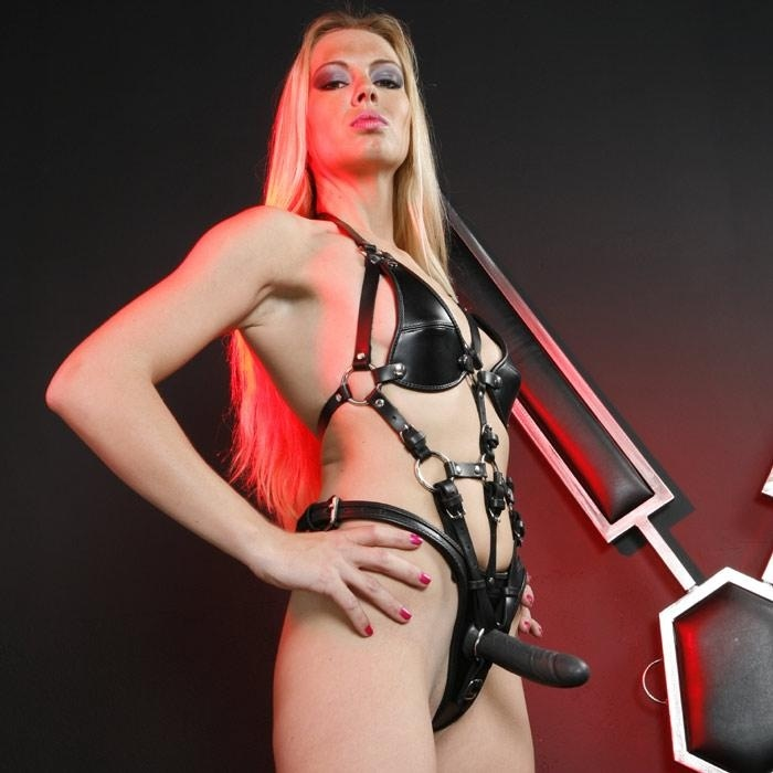baba-so-straponom-pered-zerkalom-porno-trah-seks-s-dzhessika-lunn-valerio